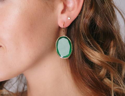 Золотые серьги с крупным зеленым камнем