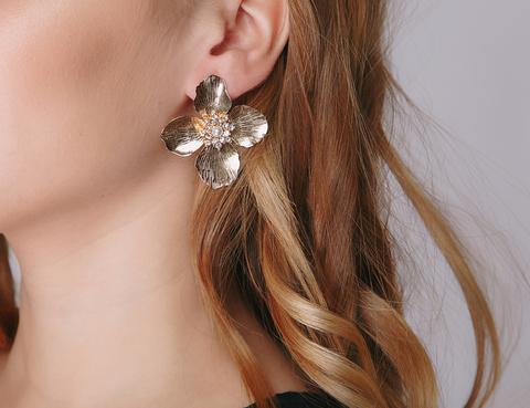 Золотые серьги в форме цветка