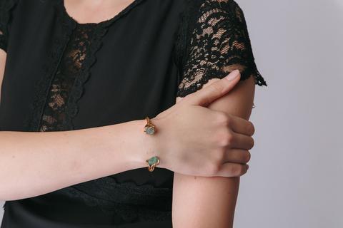 Золотой браслет с зелеными камнями