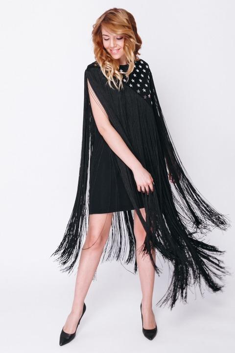 Черное платье со с звездами и рукавами из бахромы