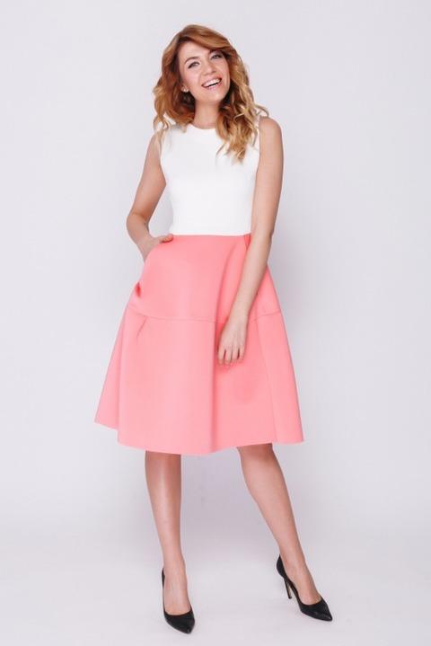 Бело- розовое платье из неопрена длины мини