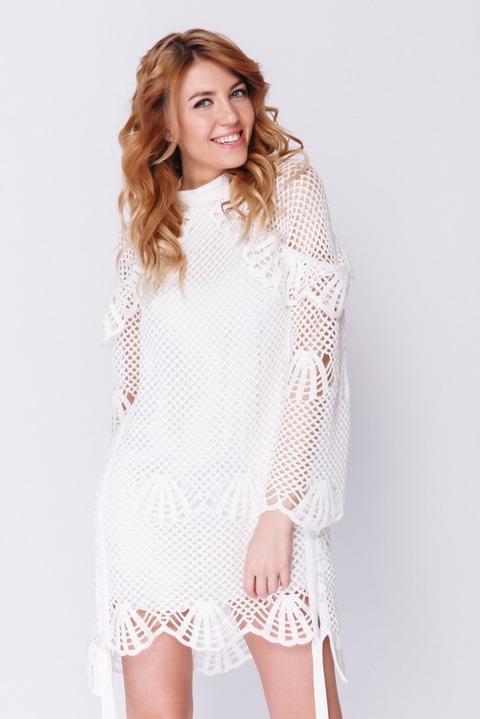 Белое платье крупной вязки с рукавами