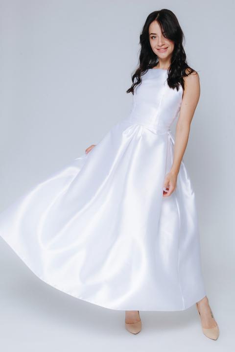 Белое платье миди с пышной юбкой и открытыми плечами