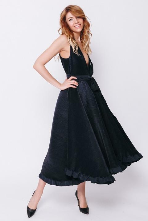 Темно-синее платье миди с глубоким вырезом и пышной юбкой