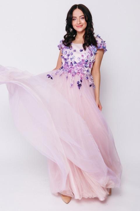 Лавандовое платье с цветочной аппликацией