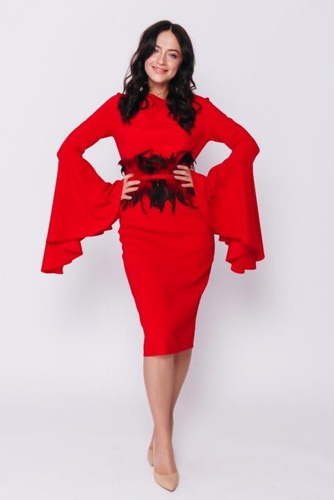 Красное платье миди с длинным рукавом и поясом из перьев