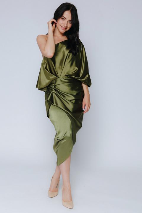 Шелковое платье оливкого цвета со спущенным плечом