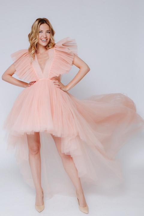 Персиковое платье с переменной длинной из фатина