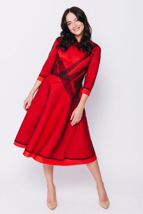 Красное платье миди с черной сеткой