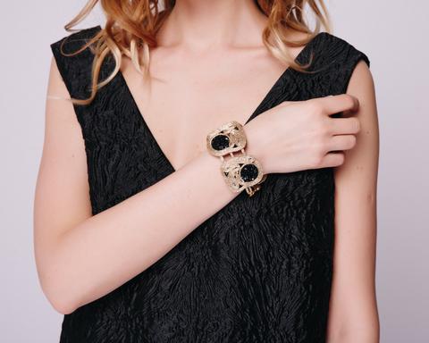Золотой браслет с черными кристалами