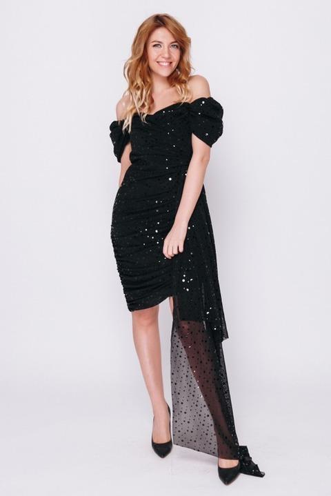 Черное платье мини со спущенными плечами и пайетками