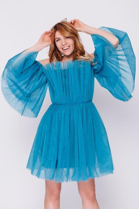 Бирюзовое платье с открытыми плечами