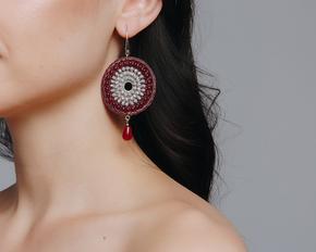 Бордові плетені сережки-кільця з сірими каменями в прокат и oренду в Киiвi. Фото 1