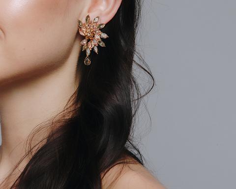 Золотые серьги с розовыми и коричневыми камнями