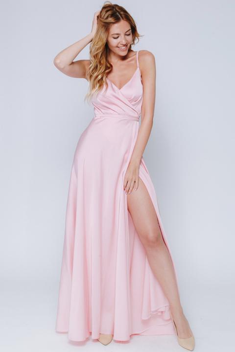 Нежно-розовое платье в пол на тонких бретельках