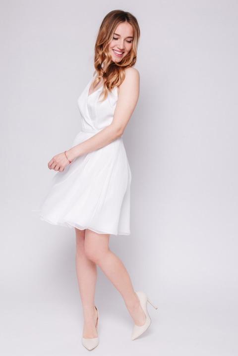 Белое платье мини на тонких бретельках