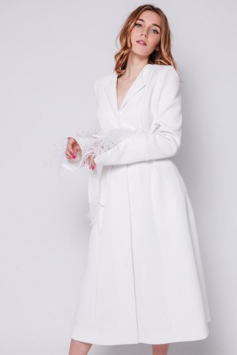Белое платье миди с длинным рукавом и поясом