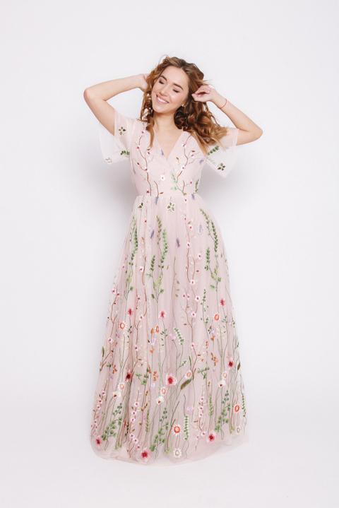 Розовое платье в пол с цветочной аппликацией