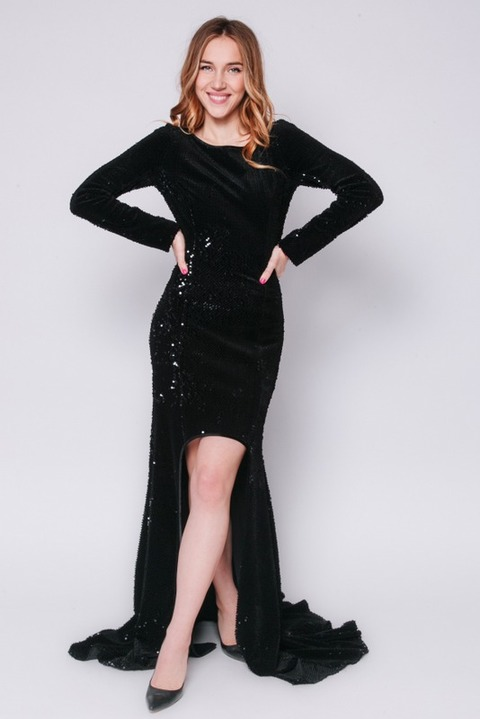 Черное платье в пол с переменной длиной в пайетках