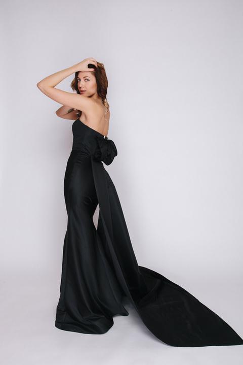 Черное платье в пол со шлейфом