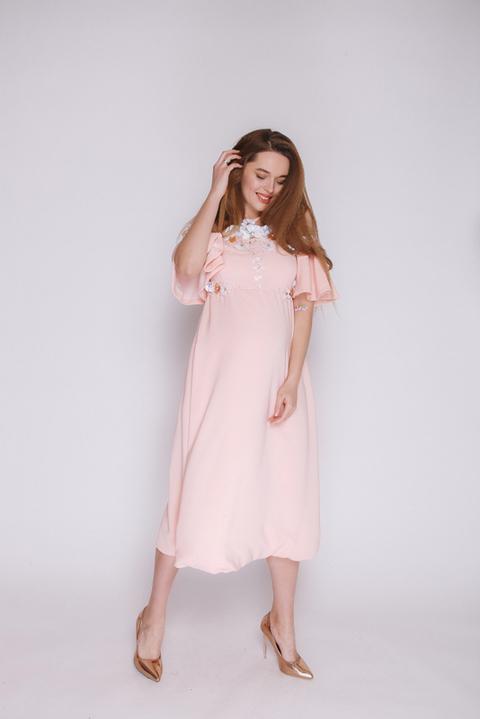 Персиковое платье миди с цветочной аппликацией