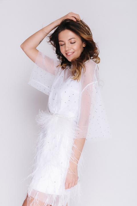 Белое платье мини с камнями и перьями с поясом