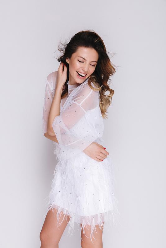 Белое платье мини с камнями и перьями с поясом в прокат и аренду в Киеве, Одессе, Харькове. Фото 3