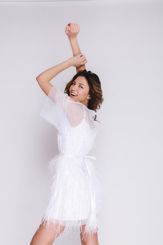 Белое платье мини с камнями и перьями с поясом в прокат и аренду в Киеве, Одессе, Харькове. Фото 4