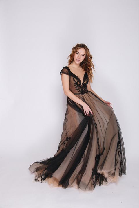 Черное платье в пол с аппликацией и бежевой подкладкой
