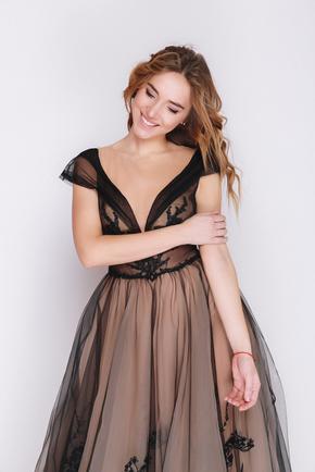 Чорна сукня в підлогу з аплікацією і бежевою підкладкою в прокат и oренду в Киiвi. Фото 2