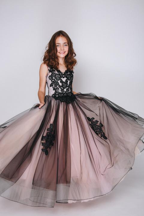 Детское платье с черным кружевом и розовой подкладкой