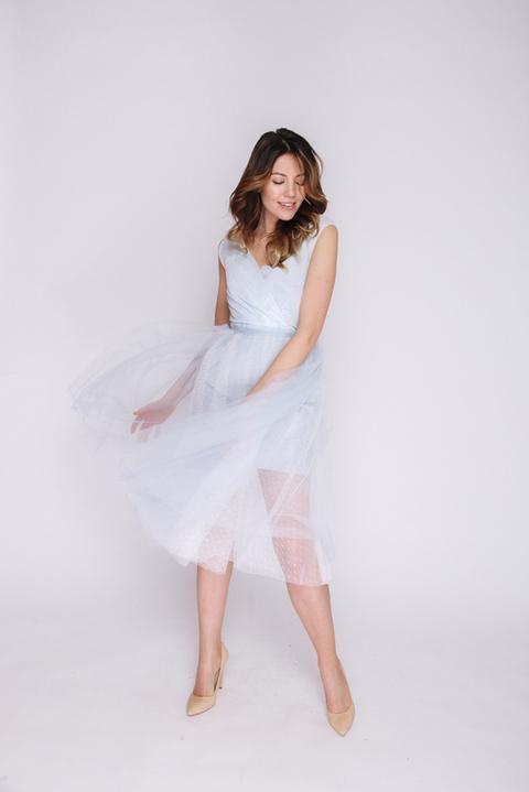 Комбинированное голубое платье длины миди