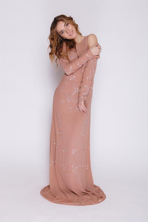 Платье в пол с открытыми плечами пыльно-розового цвета