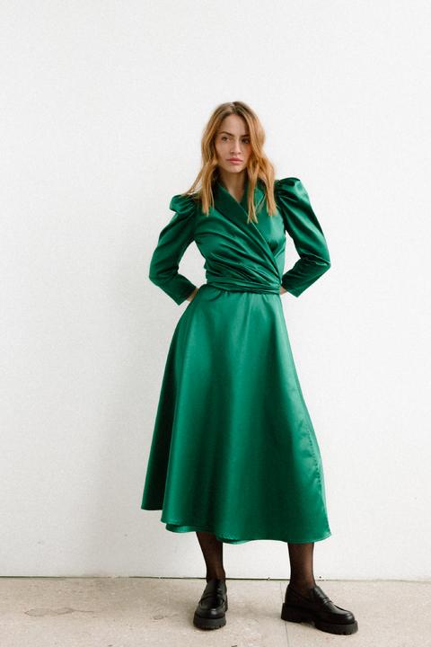 Зеленое платье на запах с объёмными плечами и скошенным низом
