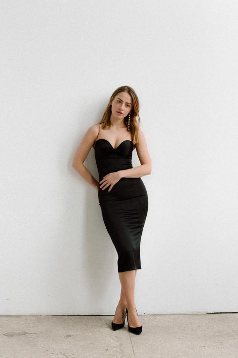 Силуэтное платье футляр на бретелях из атласа черного цвета