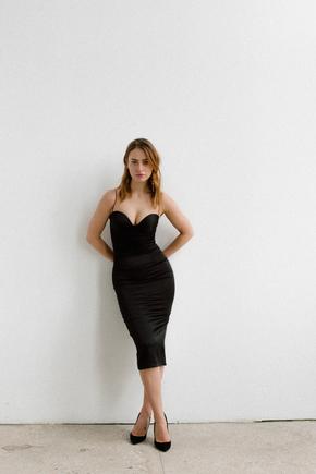 Силуетне плаття футляр на бретелях з атласу чорного кольору в прокат и oренду в Киiвi. Фото 2