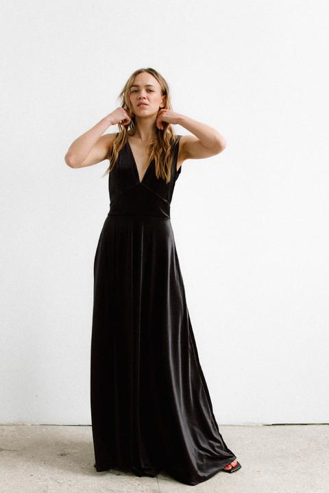 Черное бархатное платье в пол с глубоким вырезом на спине и декольте
