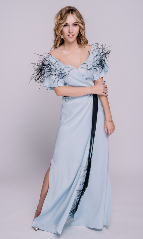 Серо-голубое платье на запах с перьями