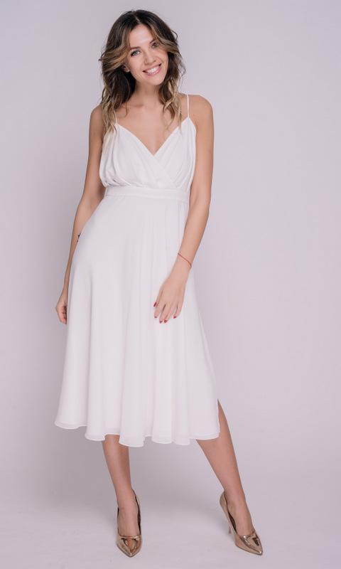Белое платье миди на бретелях с разрезом