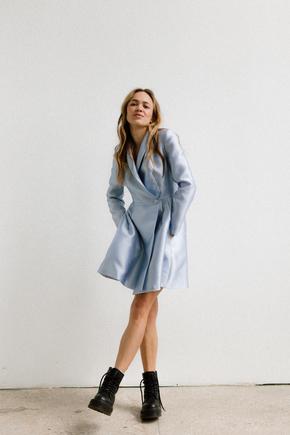 Сукня з щільної тканини з запахом довжини міні блакитного кольору в прокат и oренду в Киiвi. Фото 1