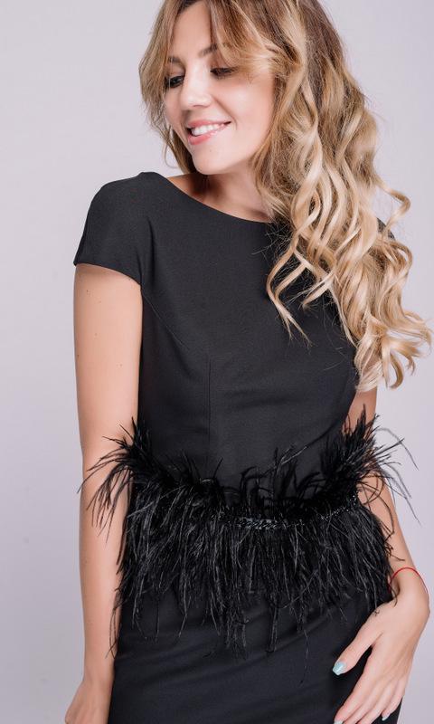 Черное платье в пол с поясом из перьев
