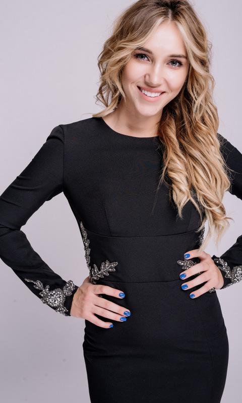 Черное платье в пол с длинным рукавом и открытой спиной