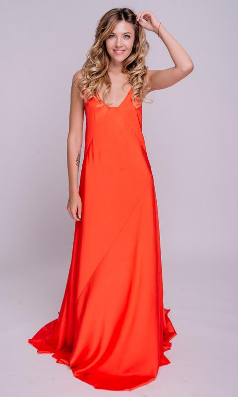 Оранжевое платье с длинным шлейфом и шнуровкой на спине