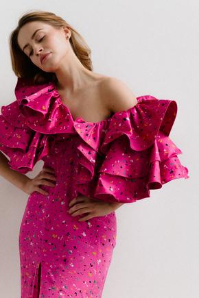 Сукня міді яскраво-рожевого кольору з принтом і об'ємним воланами на рукавах в прокат и oренду в Киiвi. Фото 1