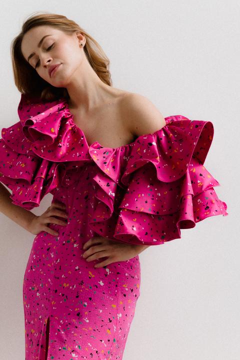 Платье миди ярко-розового цвета с принтом и обьемными воланами на рукавах
