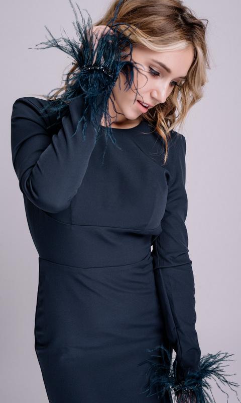 Синее платье в пол с перьями на рукавах и открытой спиной