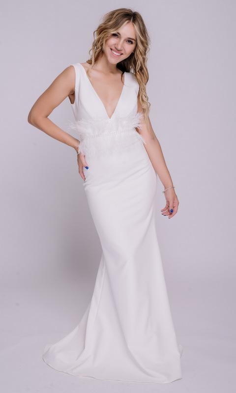 Белое платье в пол с поясом из перьев