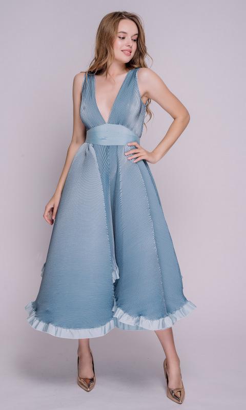 Голубое платье миди с глубоким вырезом и пышной юбкой