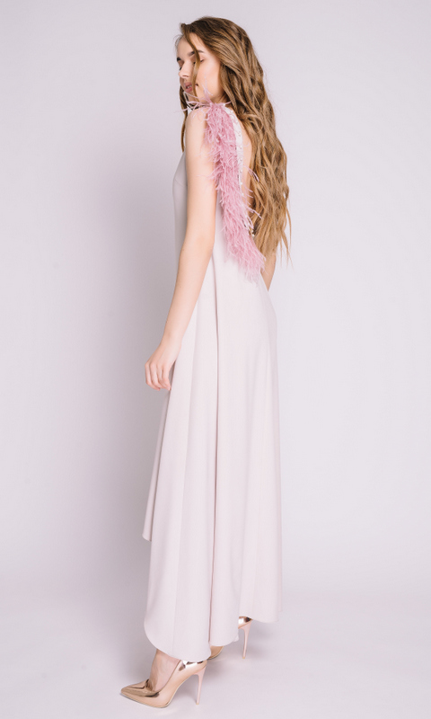 Бежевое платье с открытой спинкой декорированное жемчугом и перьями