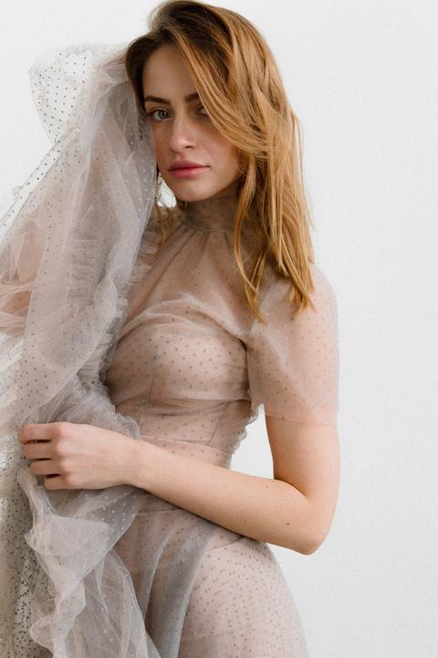 Комбинированное платье из сетки серого цвета с телесным корсетом